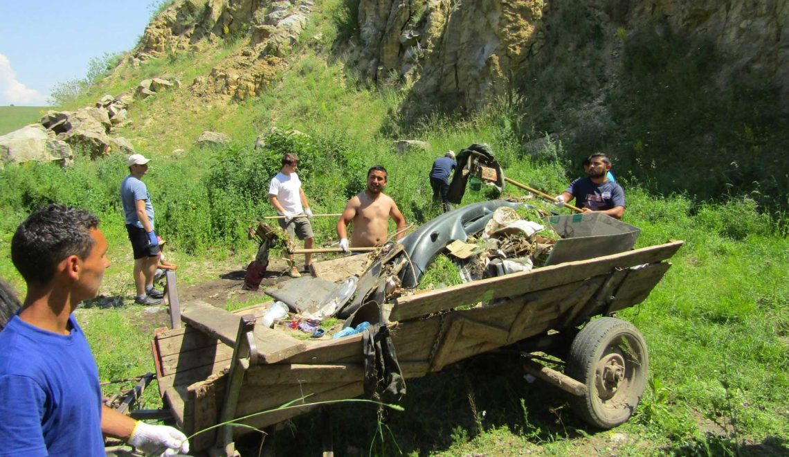 Peste 20 de voluntari şi localnici au făcut curat în Cariera Őrkő