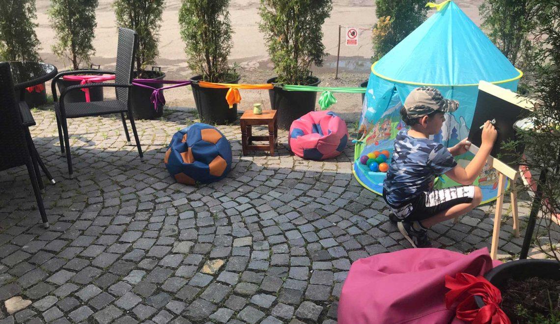 Játszótér a gyerekeknek és szabadtéri olvasás a TAM Könyvtár előtt